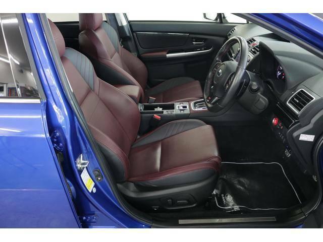 STi専用のシートカラー!運転席・助手席ともに電動シートを採用。シート位置の微調整ができ、ぴったりの姿勢でドライブをお楽しみいただけます