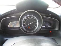 大型のシンプルなメーターはレイアウトがスッキリと見やすく、ドライバーの疲労や負担を抑えて走る楽しさを支えています。