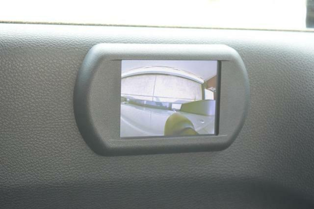 サイドカメラのモニターは左ドアに。狭い道でのすれ違いでも安心です。