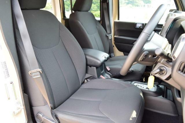ソフトな座り心地の、通気性の高いファブリックシート。