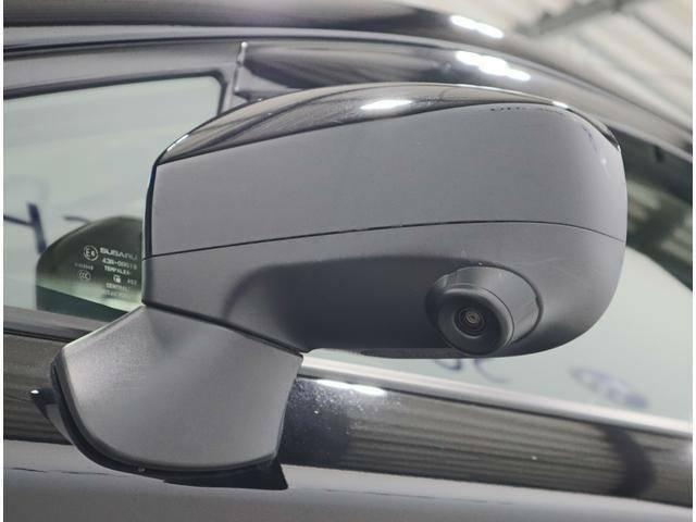 助手席側のドアミラーにはカメラが内蔵されております。運転席からは反対側になりますので、見えづらい場所の確認に有効ですね。