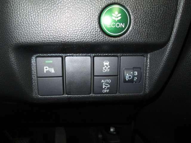 エコ性能と安全性能を発揮するシステムボタン。ドアロックするとドアミラーが格納するオートリトラミラー付き