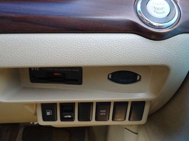 運転席、右側にETCなど様々なボタンが御座います!