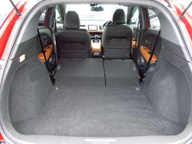後部座席はワンタッチで倒せます☆倒すと広~い空間が広がり大きな荷物も楽々積めて便利です☆車中泊も快適です☆