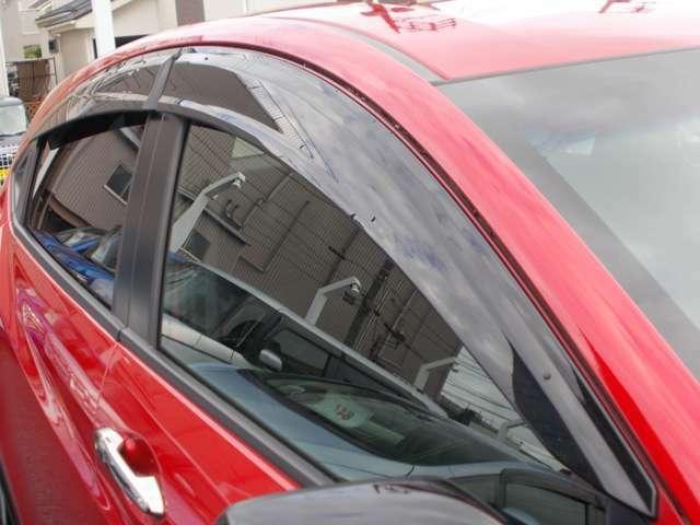 雨の日でも空気の入れ替え等で、窓が、少し開けられるドアバイザー付きです☆