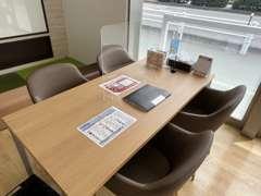 お客様駐車場もゆったりスペースでご用意してます。