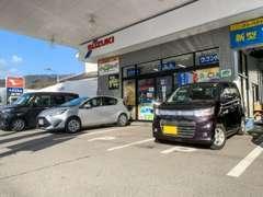 店舗の前に駐車場を用意しております。4台ほど駐車スペースがございますので、お気をつけてお入りください!