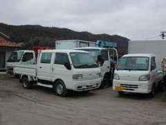 各種トラックを展示しています。