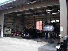 納車整備、一般整備から、車検、点検、鈑金、塗装、保険、用品取付までトータルサポート致します。北陸信越運輸局認証工場併設