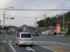 県道35号線沿いのトリアス久山から古賀方面に800m,小浦台交差点の右手に店舗が有ります。