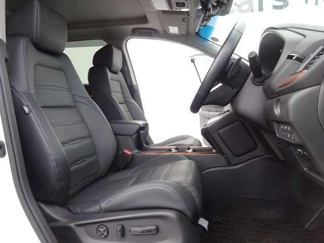 運転席8ウェイパワーシート/助手席4ウェイパワーシートで前後スライドやリクライニング、運転席はさらに高さ(前・後部)が無段階に調節可能!