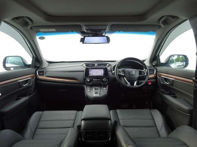 想像以上の大空間。前席はもちろん、後席も膝まわりや足元、頭上までゆとりたっぷり。横幅も広く、家族や仲間と一緒に乗っても、誰もが快適です♪