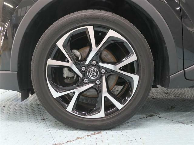 アルミホイールは、軽量なので凸凹な路面を走行した時などの突き上げを軽減、またクルマの運動性能も向上し、ブレーキを多用する走行時にもブレーキの発熱を抑え、安定したブレーキ性能を発揮します(*^ ^*)