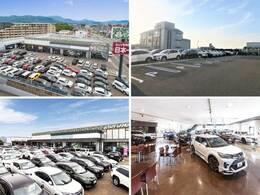 大きな迷彩柄の看板が目印!広々とした駐車場をご用意してお待ちしております。展示場には豊富な在庫をご用意。メーカー問わず比較していただけます。
