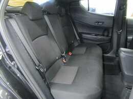 セカンドシートはゆったりくつろぎの空間。大人二人が乗っても十分なスペースが確保されております。