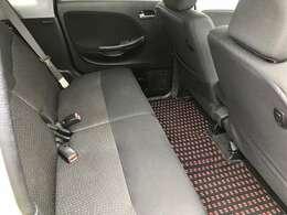 後部座席は、大人がゆったりと座れるスペースがあります。前後スライド機能も付いているから便利!