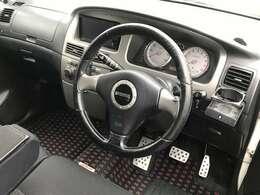純正でモモステアリング仕様の運転席まわり。ブラックを基調としているので、純粋にカッコいい!
