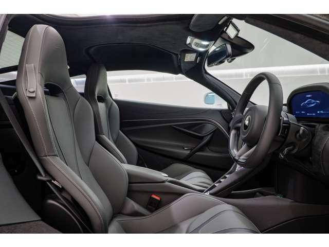 ご覧の通り室内はリアも含めてガラスの面積が大きく、スーパーカーでは考えられない程に視界の良いお車でございます。