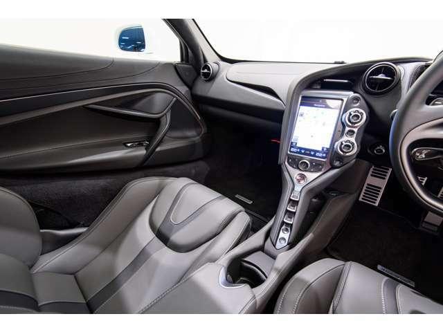 助手席のお足元も広くスペースが確保されており、運転席と助手席が一体化したデザインの為、同乗者の方もリラックスしてお乗り頂けます。
