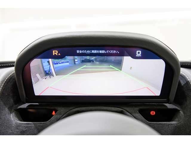 こちらの車両は前後センサー、バックカメラが付いております。ステアリング正面のディスプレーに表示される為、視線を大きく動かさずに後ろの状況を確認頂けます。