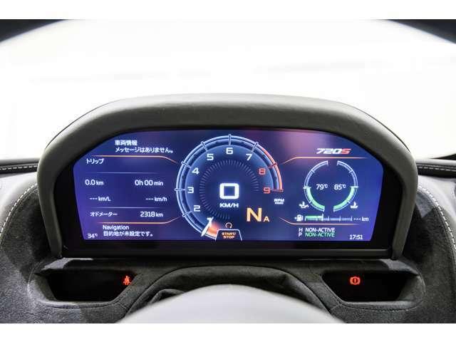 走行モードに合わせてデジタルディスプレイの表示が変更されます。トラックモードの際にはF1のステアリングと同じデザインとなります。ご来場の際に是非ご覧下さい。