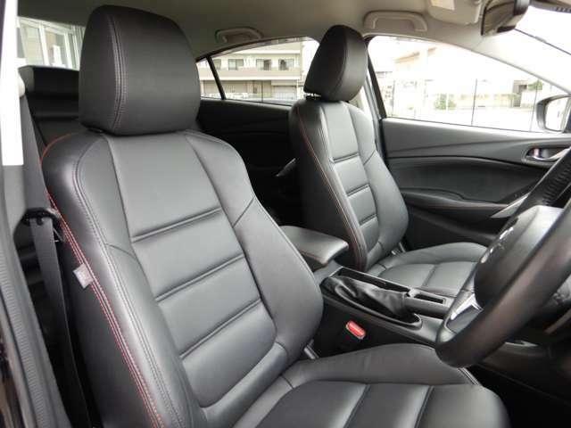 ブラックレザーシートを装備しており高級感のあるインテリアですっ! 運転席、助手席ともにパワーシートも装備しており乗車される方にピッタリのシートポジションをらくらく設定していただけますっ!