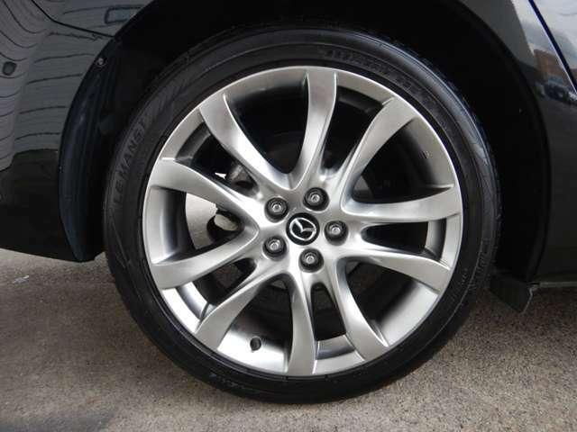 純正19インチアルミを装備しております!社外アルミやスタッドレスタイヤ、サマータイヤの履き替えなどもご相談ください!