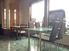 ショーウインドウから明るい日差しのお席もご用意しております。ソファでも、テーブルでもお好きな方でご商談いただけます♪