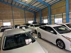 屋内展示場では10台前後展示可能!屋外展示場もあります!外展示場では20台近くのお車が展示中です!