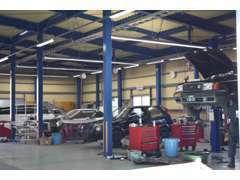 ■九州運輸局長指定工場完備。国家資格保有のメカニックが常駐しています。板金塗装ブースも併設しています。
