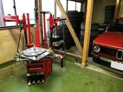 タイヤチェンジャーなど様々な自動車整備用品も備わっております。懇切丁寧な整備を心がけております。