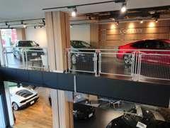 B1~2Fの各フロアでゆったりとお車をお選び頂けます。屋内展示ですので雨の日でも安心です。
