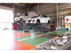 サービス工場も併設しており、マツダ車のプロが点検から車検まで対応いたします。