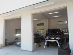 雨天時もガレージ内でお車をご覧になれます!