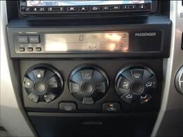 温度設定をしておけば、風の強弱と出てくる風の温度を自動調節してくれます。一年中快適なドライブをお楽しいただけます。