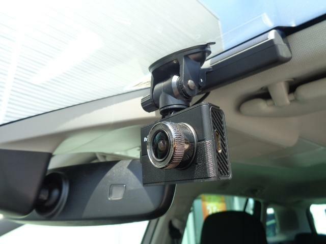 今話題のドライブレコーダーも前に装備されております。
