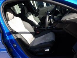 シートはアルカンタラ&テップレザー仕様です。ホールド感のあるフロントシートは長時間の運転でも疲労感を感じさせず、腰への負担も軽減させます。
