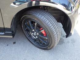 スポーツ走行を支える高性能タイヤ&アルミホイールとベンチレーテッドディスクブレーキなど装備。