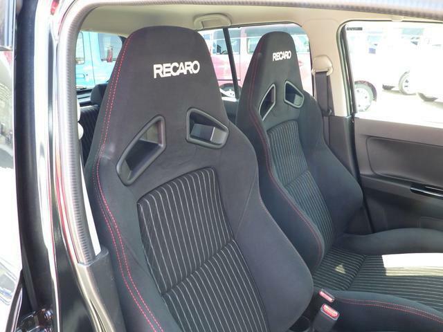 前席にRECAROシートを採用しています。スポーツドライビングでの高いホールド性と、ロングドライブ時の快適性を兼ね備えています。