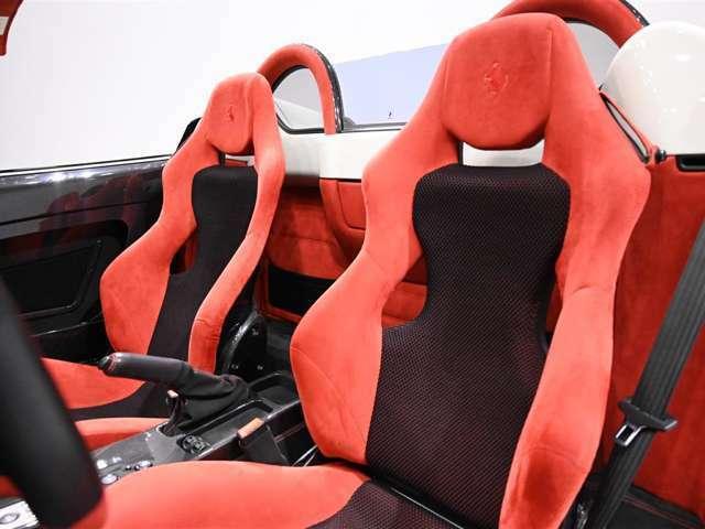 カーボンファイバー製レーシングシートが装着されております。