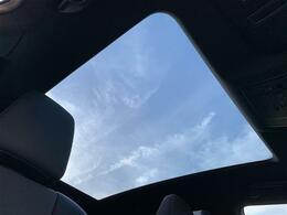 【パノラマルーフ】解放感溢れるパノラマルーフ☆車内には爽やかな風や太陽の穏やかな光が差し込みます☆