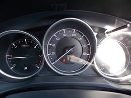 読み取りやすさを考え抜いた3連メーター、メーターの中央部に大型スピードメーターを配置し、ドライバーの視野の中心付近に情報を集中して表示させました♪