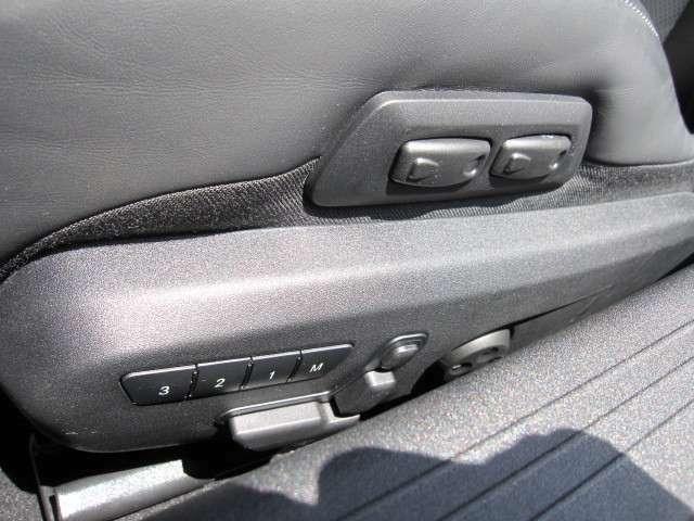 メモリー機能付きのパワーシートなので、お好みのドライビングポジションを記録できます!