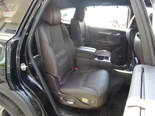 リアシートも適度なホールド感で長時間のドライブも苦になりません。後ろに乗っている方まで、車と一体になったような感覚になるほどの快適さです♪後席にもパワーシートが付いて自分に合ったシート位置に出来ます