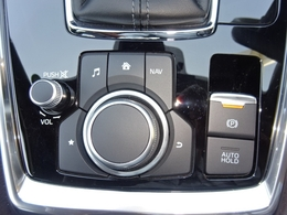 マツダコネクトのリモコンや電動パーキングブレーキのスイッチが一ヶ所に集約されています!直感での操作が可能です