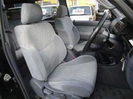 人間工学に基づいて設計された運転席シート♪特に目立つダメージもありません☆