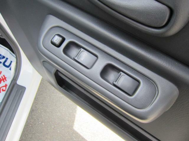 運転席アームレストに、【パワーウィンドウ】スイッチあり。手元で操作ラクラク。