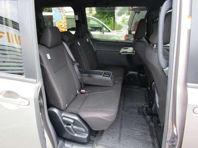 ベンチタイプのセカンドシート 中央部はトレイ&カップホルダーとしても使えます