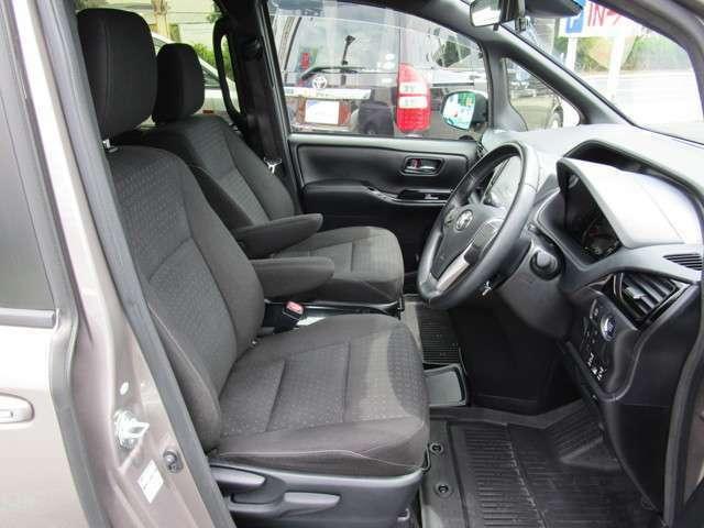 内装色ダークグレー スマートキー 運転席・助手席とも冬季にはありがたいシートヒーター付 運転席・助手席アームレスト 運転席上下調節機構あり