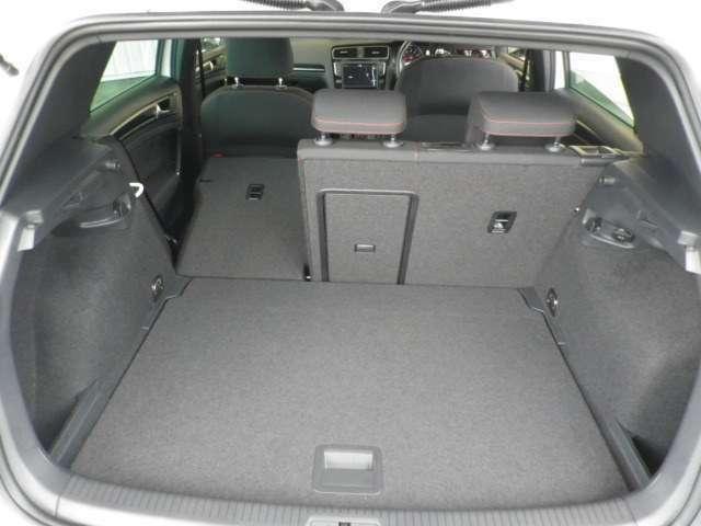 普段使いには十分な広さのラゲッジスペース!フラットな荷室は荷物の載せ下ろしもラクラク!トノカバー付きで車外からの視線も気になりません!